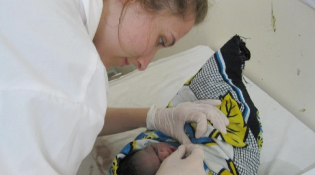 タンザニアで新生児のケアにあたる助産師インターン